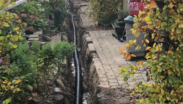 The image shows how the installation of the LTDH-service pipes in Osterby are close to the users' buildings in order to reduce the length of the network and consequently the heat losses.